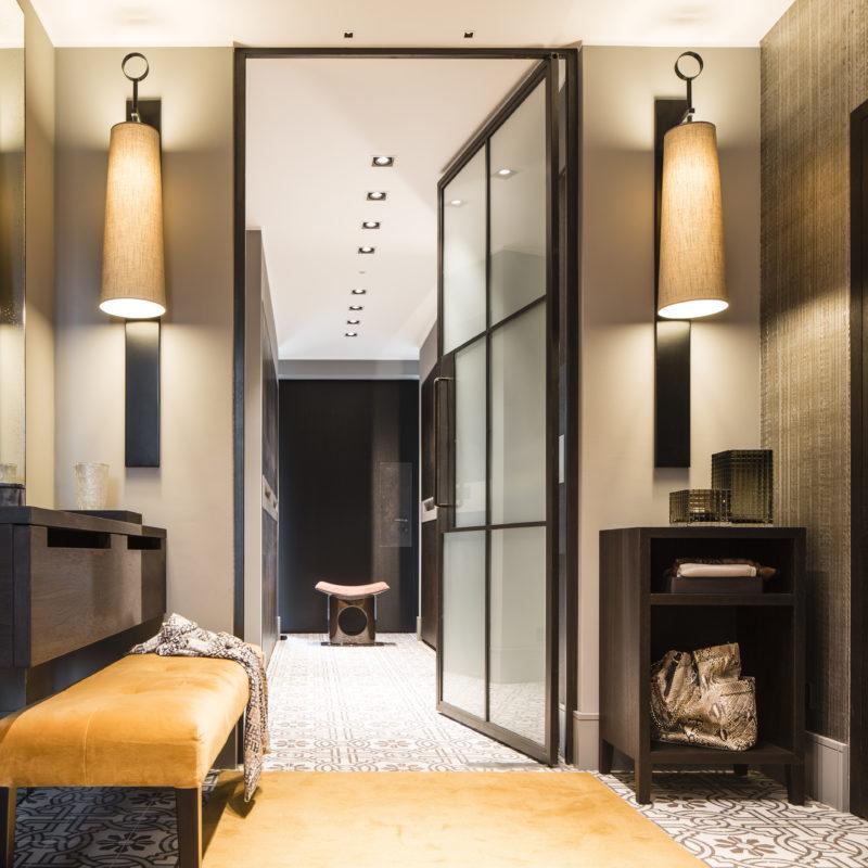 Garderobe - Gesamtkonzept über zwei Räume<br/> Räuchereiche-Furnier