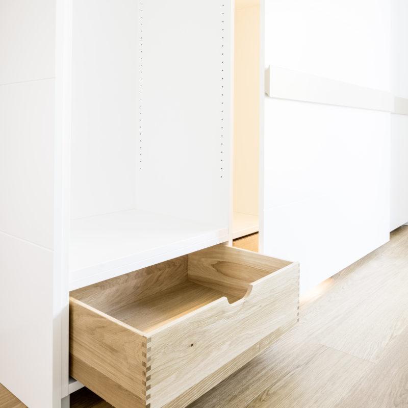 Schrank mit Schiebetüren - Fronten weiß lackiert<br/> Schubladen Eiche massiv