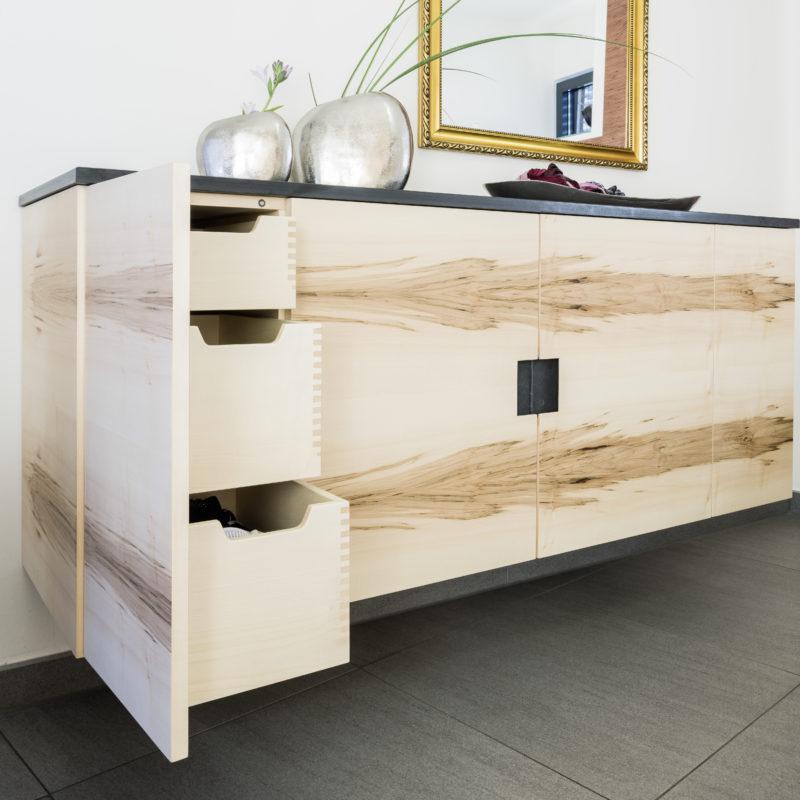 perfekte Maserung - Sideboard <br/> Kernahorn-Furnier, Schieferplatte