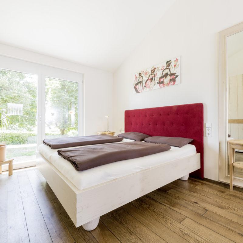 weich & warm - Bett Eiche massiv<br/> Oberfläche gebeizt, lackiert, leicht geschliffen<br/> Rückwand gepolstert