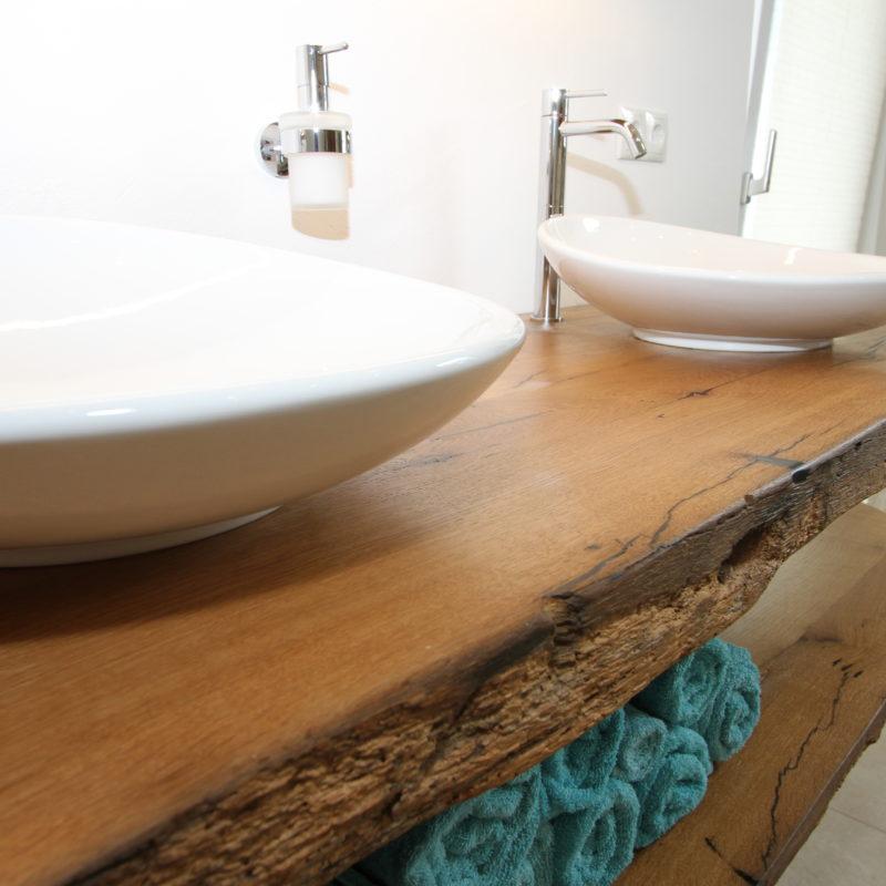 elegant & rustikal - Waschtisch  aus <br/> Eichen-Aldholzdiele mit Waldkante
