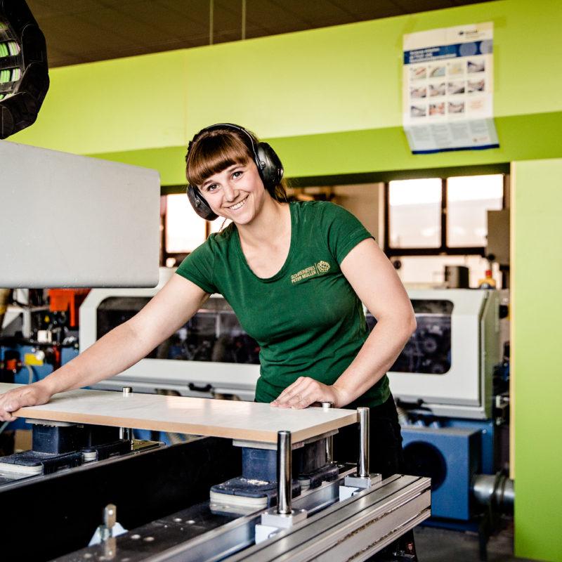 Maßarbeit - Lisa Jäger<br/>mit meisterlicher Genauigkeit an der CNC